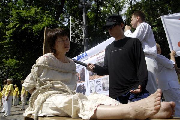 Інсценування тортур, яких уживають у в'язницях Китаю до послідовників Фалуньгун. Фото: The Epoch Times