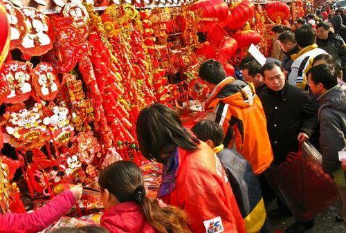 Пекин. Люди покупают новогодние парные надписи, новогодние лубочные картинки и другие украшения. Фото: TEH ENG KOON/AFP/Getty Images