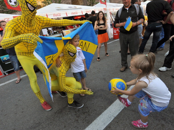 Шведські вболівальники у костюмі супер-героя грають з українськими дітьми в фан-зоні в Києві 17червня 2012року. Фото: GENYA SAVILOV/AFP/Getty Images