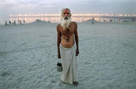 Пожилой индуистский паломник стоит на фоне Сангме во время праздника Ард Кумб. Аллахабад. Индия. (20.01.2007) Фото: Mario Tama/Getty Images