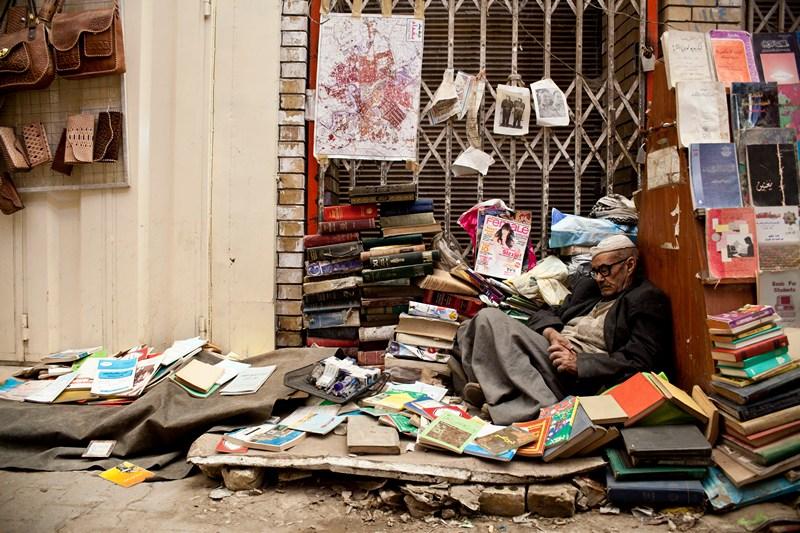 Багдад, Ірак, 29 березня. Продавець книг на вуличці міста. Минуло 10 років після вторгнення американців, проте країна досі відновлює інфраструктуру. Фото: Ali Arkady/Metrography/Getty Images