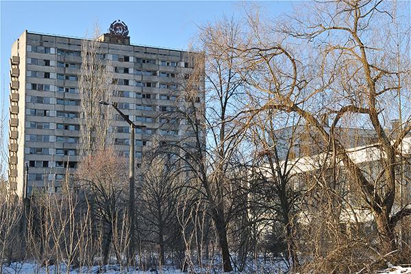 Здание с ржавым гербом СССР на крыше. Фото: Владимир Бородин/The Epoch Times