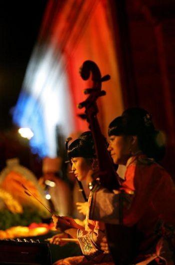 Исполнительница в древнем наряде, играющая на музыкальном инструменте. Пекин, 17 сентября 2005 г. Фото: AFP/Getty Images