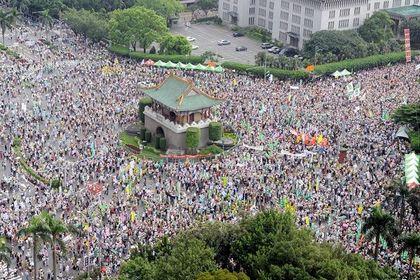 Сотни тысяч тайваньцев протестуют против сближения Тайваня с коммунистическим Китаем. 30 августа. Тайбэй. Фото: AFP PHOTO/Sam YEH