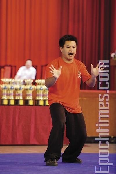 Великолепное выступление ученика мастера Тацзицюаня Цзен Сян-Цзы, стиль «Поющий журавль». Фото: Лянь Ли.The Epoch Times