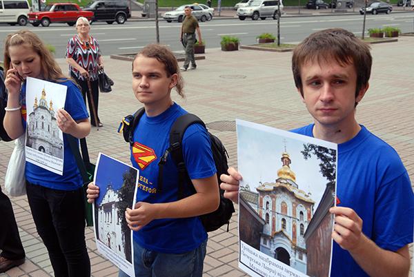 Участники акции Мазепа forever держат изображения церквей, отстроенных за времена правления Мазепы, возле здания КГГА в Киеве 8 июля 2010 года. Фото: Владимир Бородин/The Epoch Times