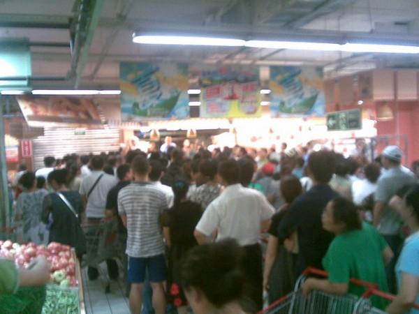 В городе Цзилинь за день раскупили практически всю воду и напитки. Фото с epochtimes.com