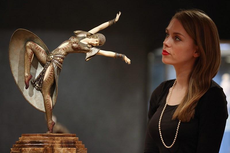 Лондон, Англія, 17 червня. Аукціонний дім «Бонемс» проводить торги на тему «Декоративне мистецтво XX століття». На фото — робота Дмитра Чіпаруса «Альмерія» (1925 рік). Фото: Oli Scarff/Getty Images