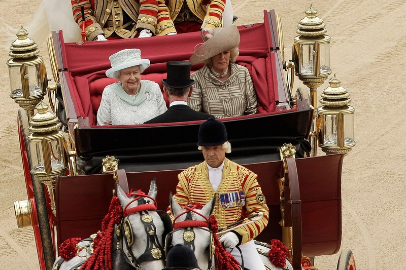 Лондон, Англія, 5червня. Процесія Королівської карети. У кареті королева Великобританії Єлизавета II, Камілла, герцогиня Корнуольська, і принц Чарльз. Фото: Matthew Lloyd — WPA Pool /Getty Images