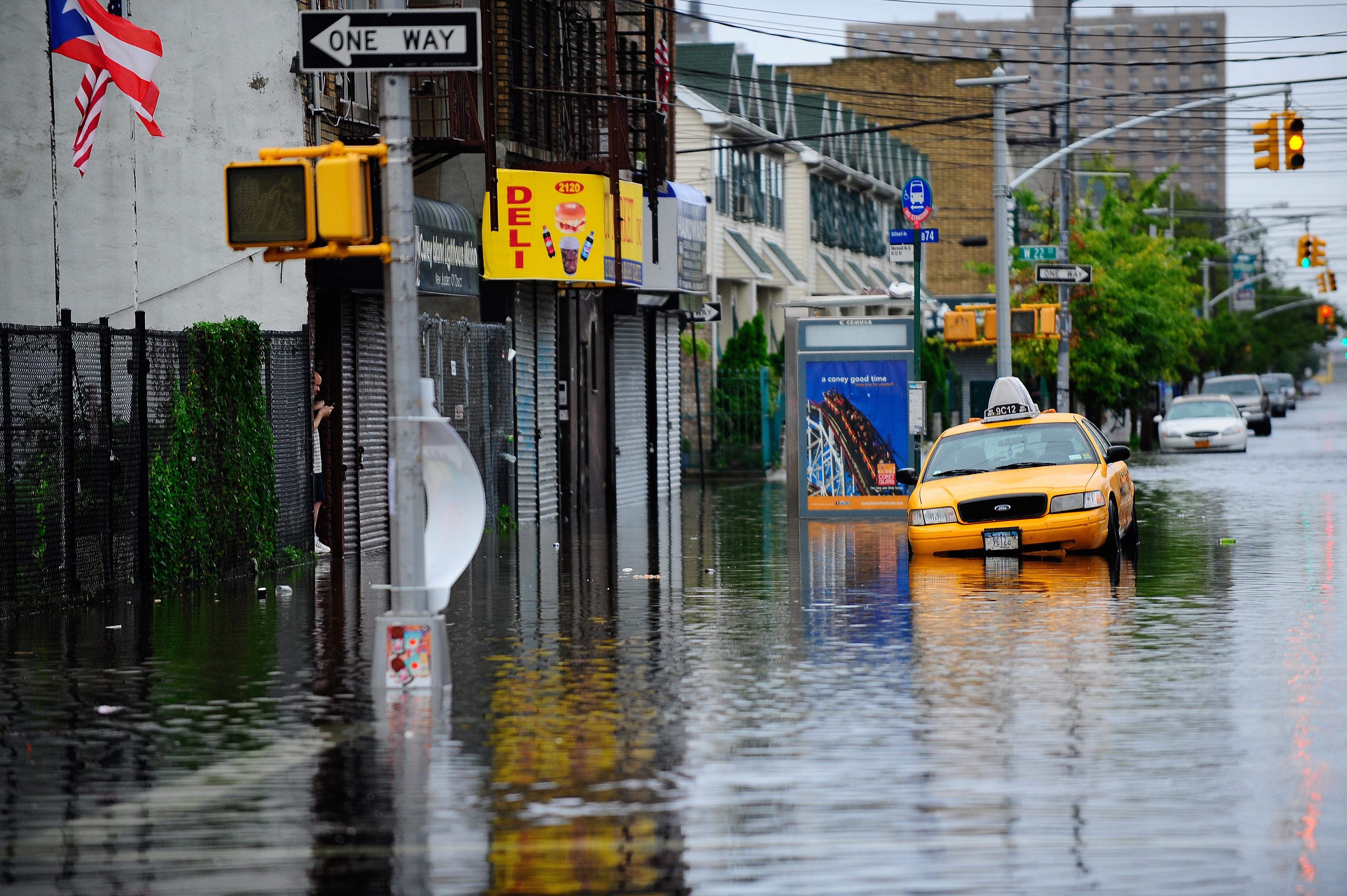 Ураган Ирэн, который обрушился в выходные на Атлантическое побережье США, ослаб и стал тропическим штормом. Фото: MANDEL NGAN/Getty Images
