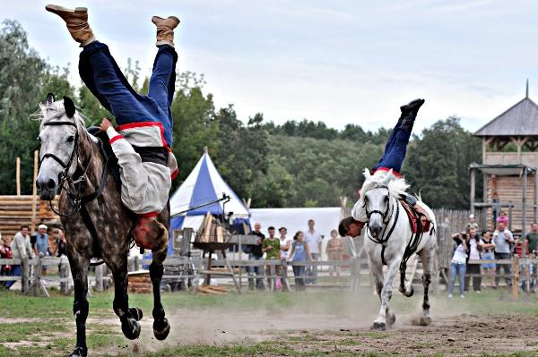Каскадерские выступления на конях на фестивале «Былины древнего Киева» в парке Киевская Русь 28 августа 2010 года. Фото: Владимир Бородин/The Epoch Times