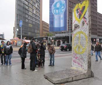 З часом біля західної стіни почали збиратися артисти і художники. Стіна покривалася малюнками та графіті - деякі з них зараз відомі усьому світу. Фото: Ірина Лаврентьєва/The Epoch Times