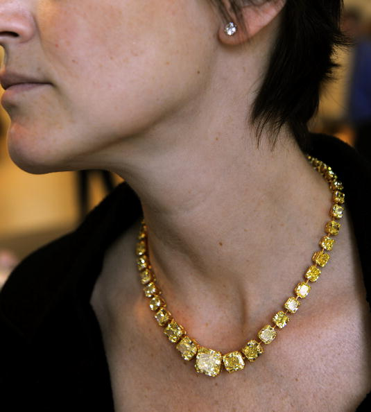 Яркое желтое бриллиантовое ожерелье 100.17 карата на великолепной продаже драгоценностей в Нью-Йорке 20 апреля 2010 года. Фото: TIMOTHY A. CLARY/AFP/Getty Images