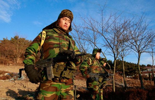 ОСТРІВ YEON PYEONG, ПІВДЕННА КОРЕЯ, 26 листопада: Патрулювання південнокорейських морських піхотинців. Підсилення військової боєготовності. Фото: Chung Sung-Jun/Getty Images
