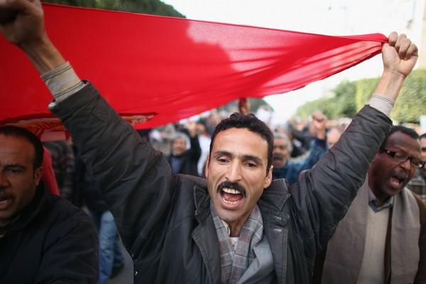 В Тунисе продолжаются массовые акции протеста против сторонников экс-президента-диктатора Бен Али. Фото: Christopher Furlong/Getty Images