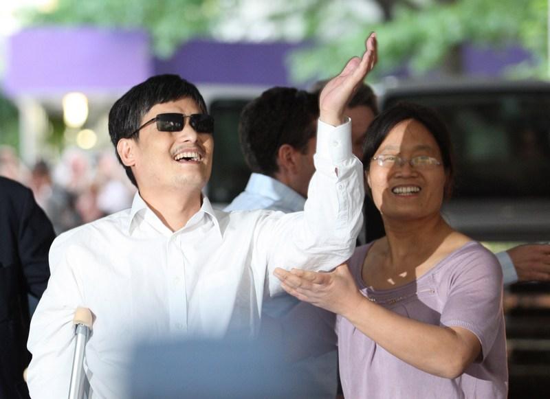 Нью-Йорк, США, 19мая. Слепой китайский активист Чэнь Гуанчэн прилетел с семьёй в США на учёбу. Фото: Andy Jacobsohn/Getty Images