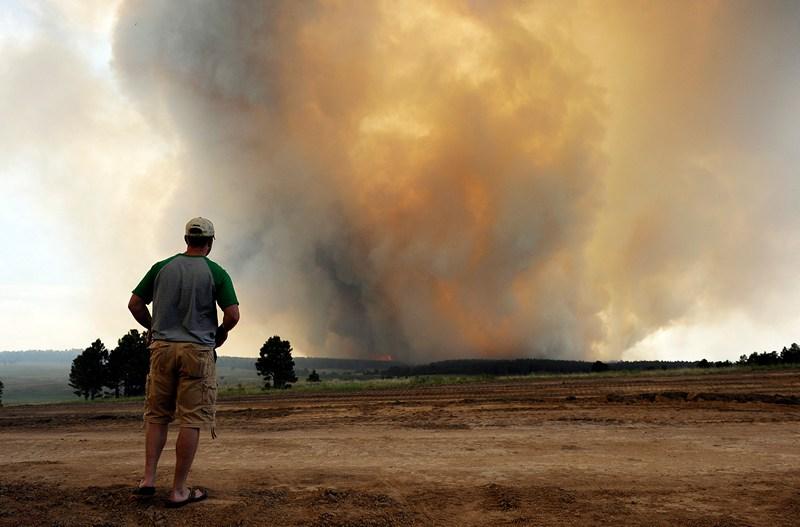 Колорадо-Спрингс, США, 12 июня. Клубы дыма поднимаются над «Чёрным лесом». Сильный лесной пожар уже уничтожил около 100 домов и растительность на 8 тыс. акров. Фото: Chris Schneider/Getty Images