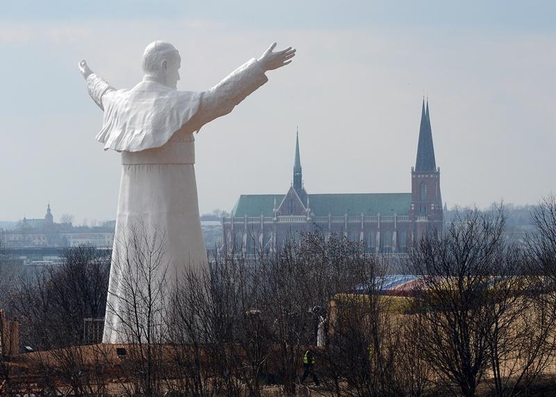 Ченстохова, Польша, 13 апреля. В городе установили самую высокую статую понтифика Иоанна Павла II (высота 13,8 м). Фото: JANEK SKARZYNSKI/AFP/Getty Images