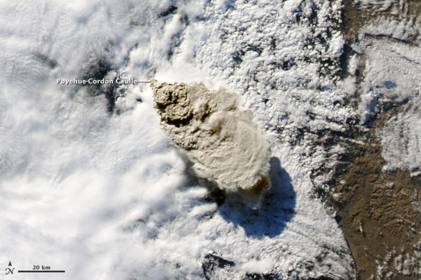 Вот как увидел извержение вулкана Пуйэуэ спутник НАСА. Фото: nasa.gov