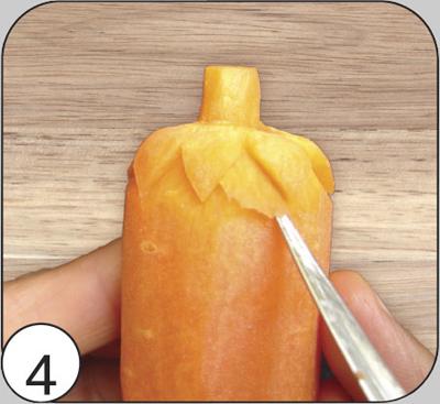 Тайским ножом сделать срез по конусу (углубляя конец ножа на 2—3 мм) под чешуйками, оформив объемный рисунок первого ряда и создав этим площадку для следующего уровня чешуек.