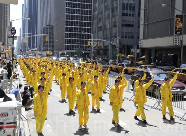 Участники шествия демонстрируют упражнения Фалуньгун. Нью-Йорк. 6 июня 2009 год. Фото: Ли Юань/The Epoch Times