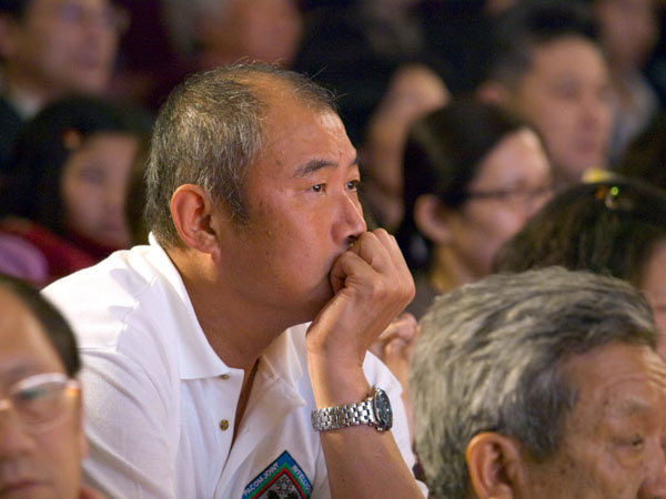 Зрители внимательно смотрят представление труппы «Шень Юнь». Город Чийи, Тайвань