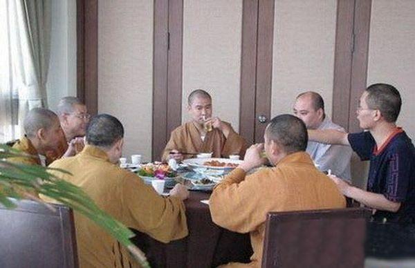 Монахи устраивают застолья, едят мясо и пьют спиртное. Фото с secretchina.com