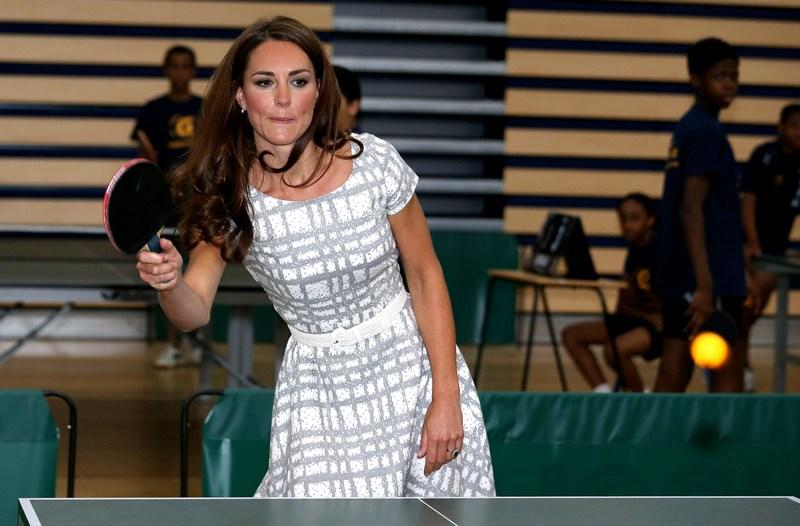 Лондон, Англія, 26 липня. Кетрін, герцогиня Кембриджська, зіграла в настільний теніс під час відвідування коледжу Бекона з принцем Уїльямом та принцем Гаррі. Фото: Chris Jackson — WPA Pool/Getty Images