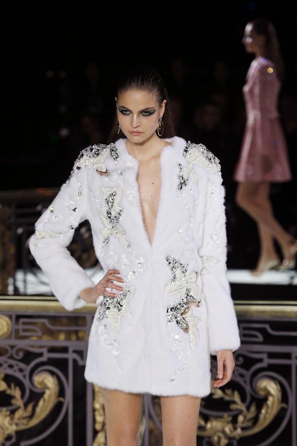Atelier Versace. Шуба - обязательный наряд на лето. Фото: FRANCOIS GUILLOT/AFP/Getty Images