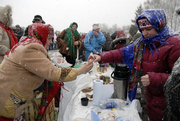 Застолье во время масленицы в Пирогово. Фото: Владимир Бородин/The Epoch Times Украина