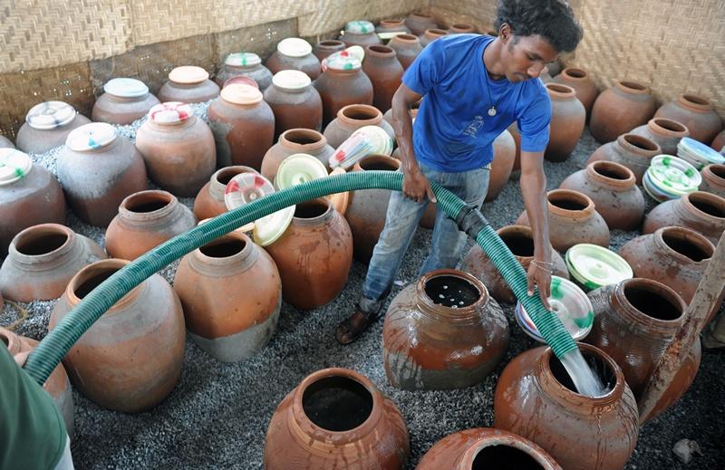 Хайдарабад, Індія, 10 квітня. Робочий заповнює ємності питною водою. На півдні країни дуже спекотно — повітря прогрілося до більш ніж 40 градусів за Цельсієм. Фото: NOAH SEELAM/AFP/Getty Images