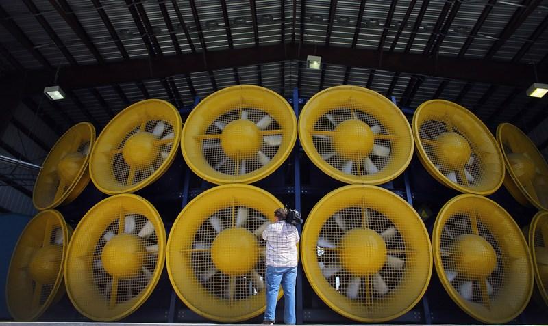 Майами, США. 21 августа. На фото — установка «Стена ветра» мощностью 8400 лошадиных сил. Она способна создать ветер скоростью 250 км/ч, и предназначена для тестирования устойчивости зданий к штормовому ветру. Фото: Joe Raedle/Getty Images