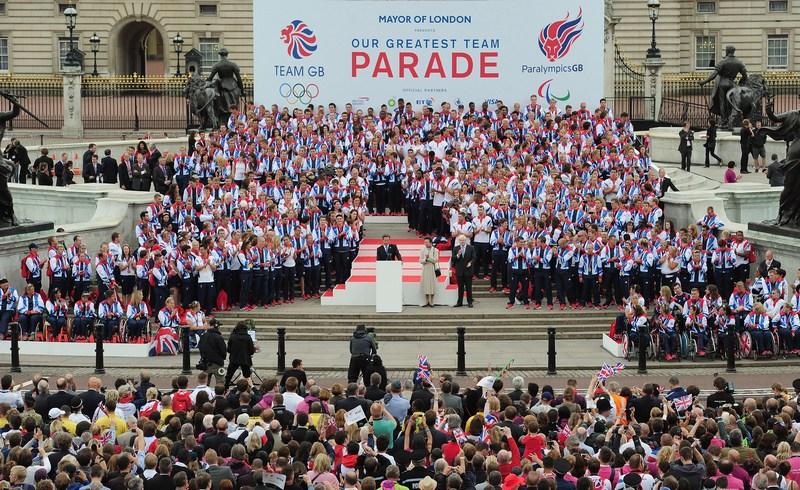 Лондон, Англія, 10 вересня. Прем'єр-міністр Девід Кемерон вітає паралімпійців. Фото: Shaun Botterill — WPA Pool/Getty Images