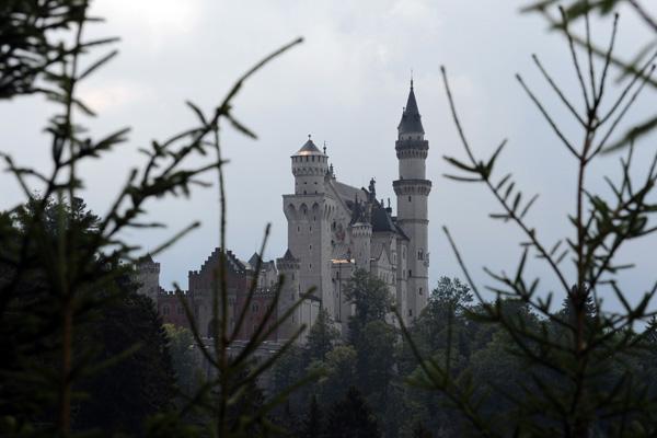 Тысячи людей приезжают в баварские Альпы, чтобы увидеть замок-мечту Нойшванштайн - одно из самых необычных сооружений, когда-либо созданных человеком, где жил «сказочный король». Фото: CHRISTOF STACHE/AFP/Getty Images