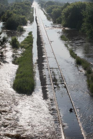 Железнодорожные пути под водой. г. Майнот, Северная Дакота, США. Фото: Scott Olson/Getty Images