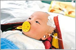 Пострадавший от сухого молока фирмы «Саньлу» ребёнок. Фото: С сайта epochtimes.com