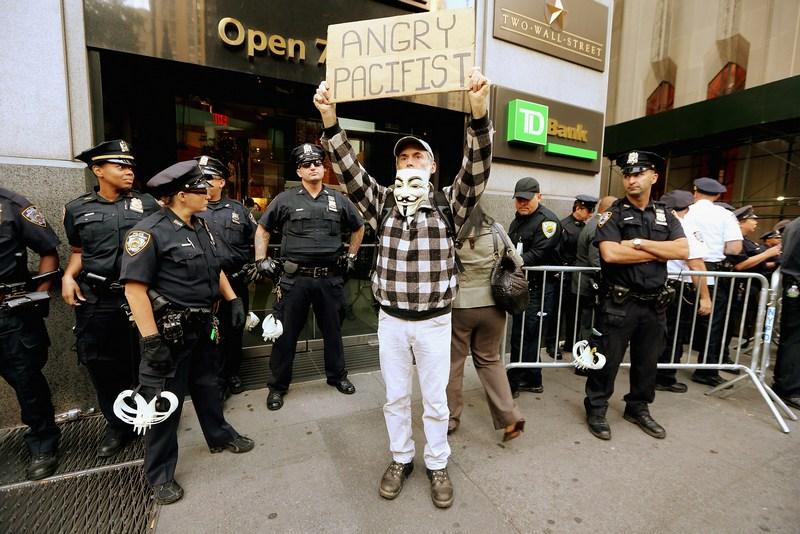 Нью-Йорк, США, 17вересня. «Злий пацифіст» на Уолл-стріт. Руху «Захопи Уолл-стріт» виповнився 1рік. Фото: Mario Tama/Getty Images
