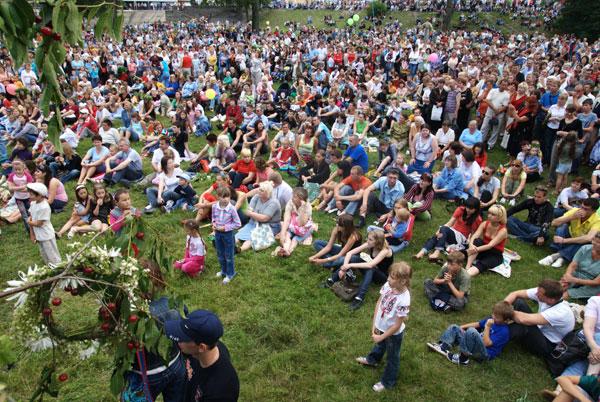 Много людей собралось посмотреть и поучаствовать в праздновании Ивана Купала. Фото: Владимир Бородин/The Epoch Times