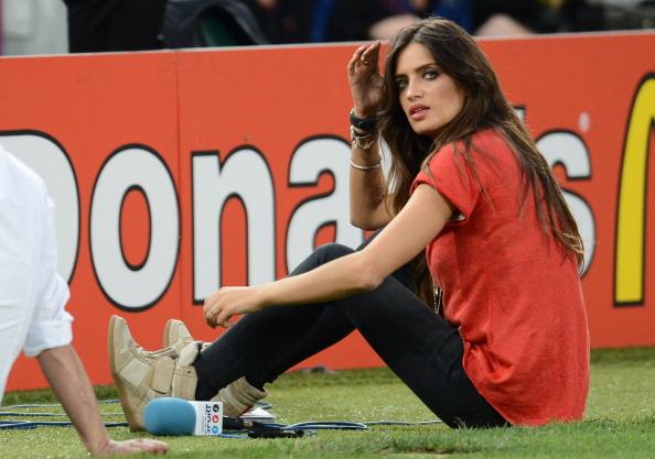 Іспанская телеведуча і подруга воротаря Ікера Касільяса з Іспанії, Сара Карбонеро, перед матчем Іспанія — Франція 23червня 2012року, Донецьк. Фото: FRANCK FIFE/AFP/Getty Images