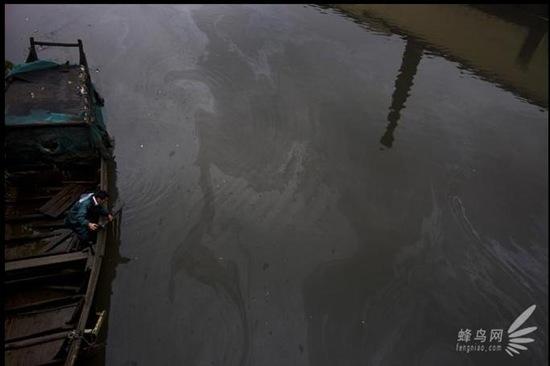 Сточные воды промышленного района Сяошань провинции Чжецзян текут в реку Цяньтан. 24 апреля 2009 год. Фото: Лу Гуан