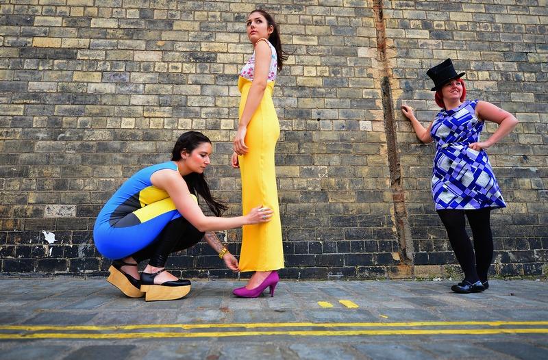 Глазго, Шотландия, 14 сентября. Дизайнер Ребекка Торрес (слева) вместе с моделью и модисткой отправляются на «Фабрику моды», призванную раскрыть дарования перспективных дизайнеров. Фото: Jeff J Mitchell/Getty Images