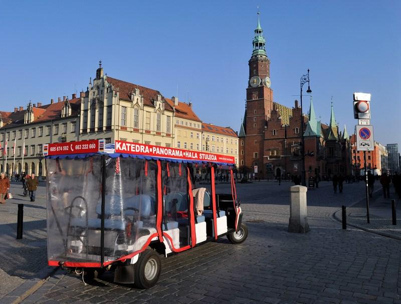 Автобус чекає туристів на Ринковій площі Вроцлава. Фото: Claudio Villa/Getty Images
