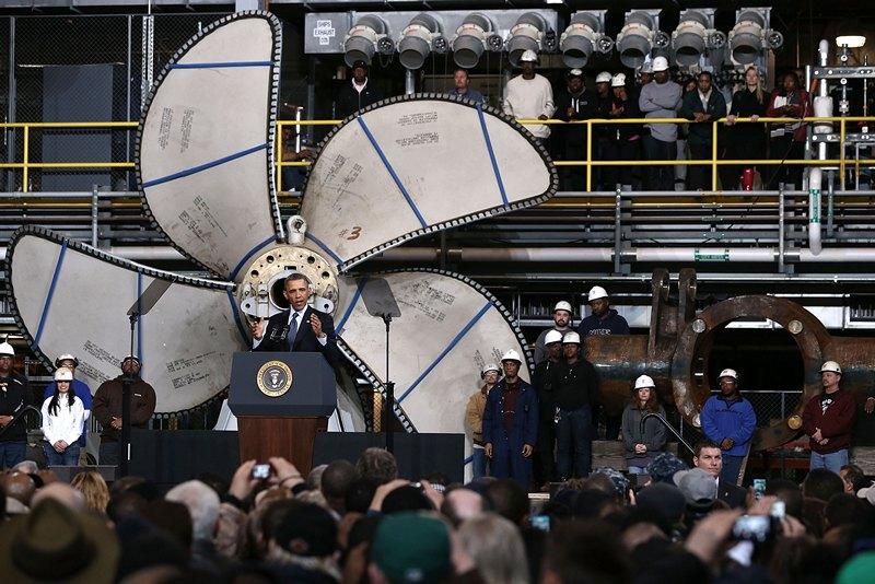 Ньюпорт-Ньюс, США, 26 февраля. Барак Обама выступает перед рабочими верфи «Newport News Shipbuilding». Фото: Alex Wong/Getty Images