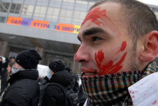 Активисты общественной организации «За права животных» протестуют против меха. Фото: Владимир Бородин/The Epoch Time