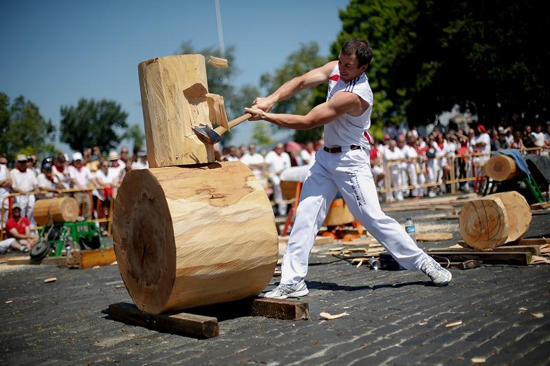 Памплона, Испания, 8 июля. Лесорубы соревнуются во время фиесты Сан-Фермин. Фото: Pablo Blazquez Dominguez/Getty Images