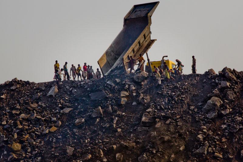 Самоскид вивантажує відходи на звалище. Фото: Daniel Berehulak/Getty Images
