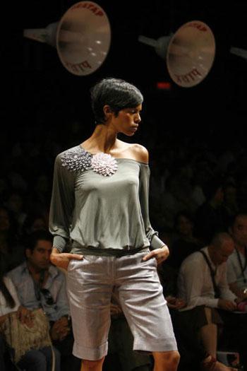 Одежда от дизайнера Rajesh Pratap Singh на Неделе моды Wills India Fashion Week, проходившей в индийском Нью-Дели. Фото: TAUSEEF MUSTAFA/AFP