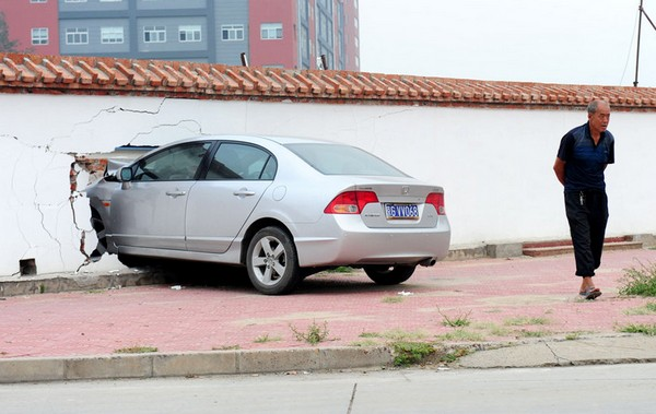 Водитель не удержал своего «железного коня» в границах дороги. Пекин. Сентябрь 2011 год. Фото: news.ifeng.com