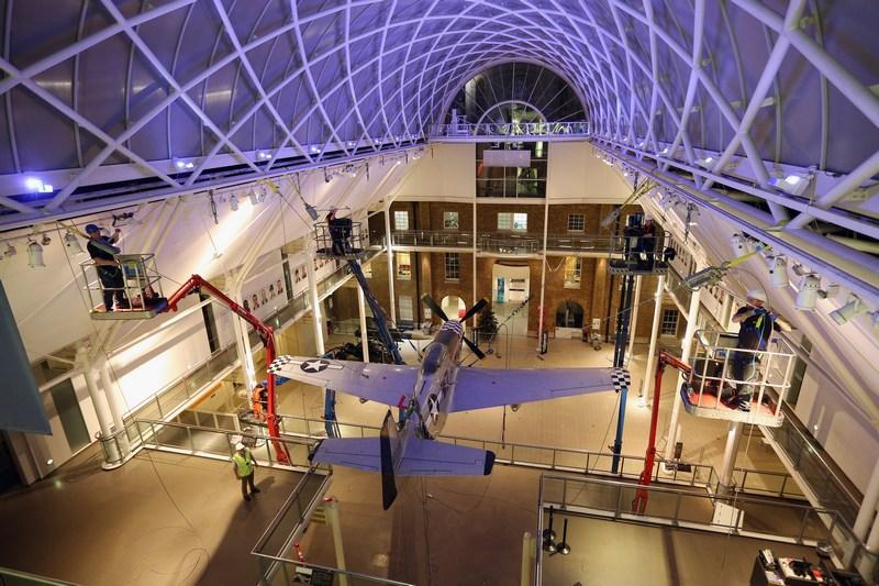 Лондон, Англія, 18грудня. Останній експонат Імперського військового музею, винищувач «Мустанг Р-51D» 1951року випуску, залишає стіни будівлі у зв'язку із закриттям музею на капітальний ремонт. Фото: Oli Scarff/Getty Images