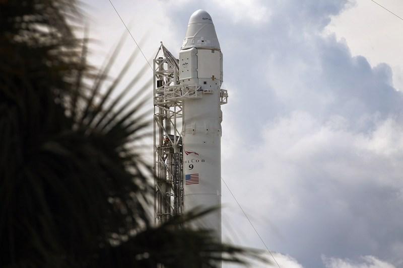 Мис Канаверал, Флорида, США, 7жовтня. Ракета «Falcon 9» з кораблем Dragon готується стартувати до Міжнародної космічної станції. Фото: Joe Raedle/Getty Images